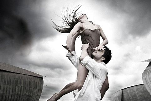 Equilibrio scenico: la nuova danza si bilancia sulla dinamica del gesto e delle note